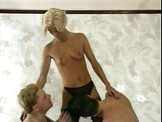 teilen blonde Frau mit Freunden-1