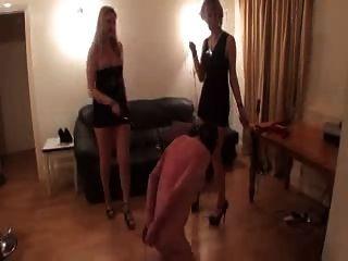 grausamen Damen haben mit einem Sklaven Spaß
