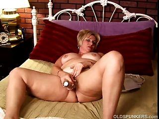 reifen Amateur mit großen Titten arbeitet ihre Muschi und spielt