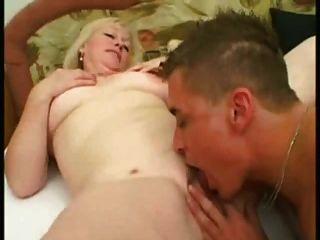 blonde reife 53 Jahre alt Fick ein junger Mann