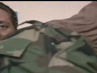 Offiziere von ihren Kommandanten angewiesen werden, seinen Schwanz zu saugen