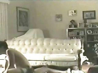 Frau elaine auf dem Wohnzimmerboden 2 (Hahnrei)