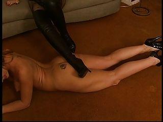 lesbisch wird nackt und leckt hochhackige Stiefel