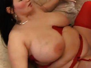 mollige Brünette mit großen Titten in roten Strumpf