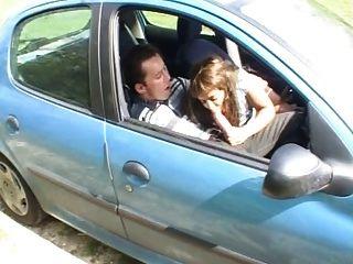 samia in einem Auto