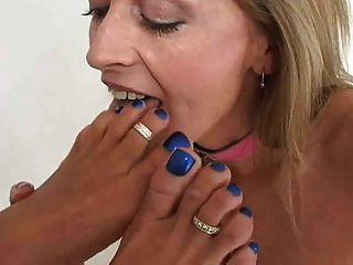 2 Damen küssen lecken und saugen Füße & Zehen