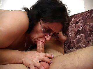 Mutter mit breiten Arsch, schlaffe Titten, haarige Fotze & Kerl