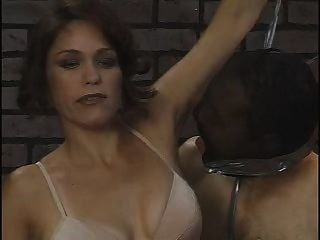 Slave ihre Achselhöhle Reinigung