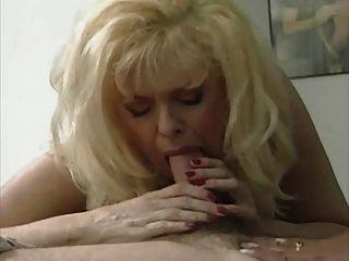 sexy blonde Mutter Anna Lisa in einem heißen 3-Wege
