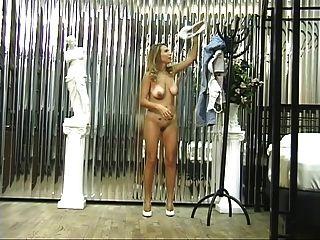 sexy Blondine mit niedlichen tan Linien Streifen, zeigt ihre Muschi und den Arsch ab