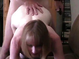Frau springt Runde zu ihrem Nachbarn für einen Fick!