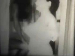 Schwarz-Weiß-Jahrgang Swingern in einem Badezimmer