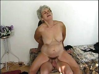 Oma und junge