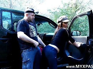 Er trifft sie auf Facebook und fickt sie in seinem Auto