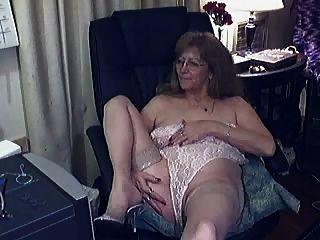 schöne Oma mit Brille 2