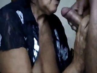 ungezogen Mutter trinkt cum