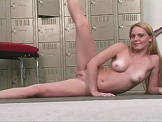 sexy blonde Babe mit schönen Brüste reibt sich ihre rosa Pussy