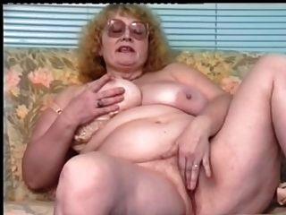 Rotschopf-BBW-Oma mit Brille dildoing