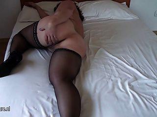 vollbusige Amateur alten Mutter auf ihrem Bett nass