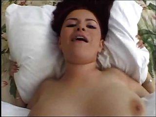 natürliche vollbusige Küken schlucken Sperma in heißen Szene