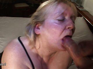 Big Mama bekommt ihr Gesicht mit Sperma bespritzt