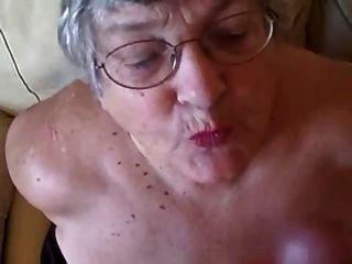 alte Oma liebt junge Schwänze zu lutschen