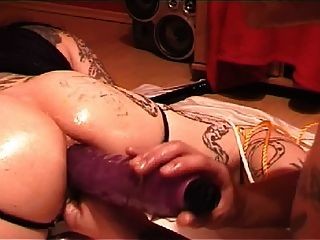 tattoed Slave-Riese anal Dildos