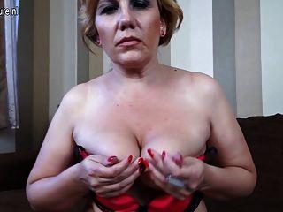blonde reife Schlampe Mutter auf der Couch masturbiert