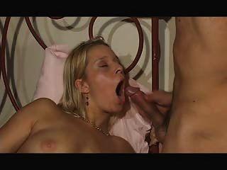 süß sexy Mädchen isst Sperma zum Frühstück