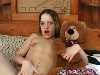 kleine Titten Cutie spielt mit ihrer Pussy