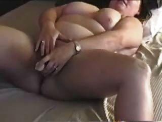 bbw Mutter spritzt mit den Fingern und ihr Spielzeug