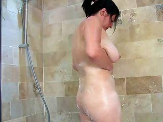 Englisch reifen badet ihre riesigen Titten und haarige Muschi