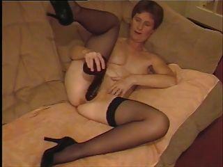 Amateur reifen uk Frau mit schwarzen Dildo spielen