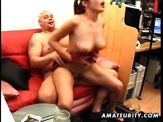 junge Amateur Freundin saugt und fickt alte Mann mit Gesichts
