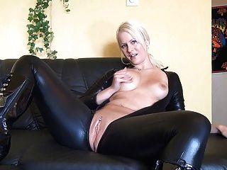 blonde Mädchen masturbiert in latexsuit