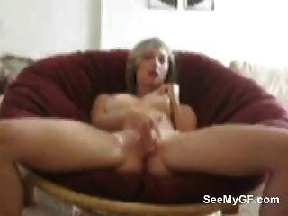 blonde Mädchen von nebenan masturbiert ihre Muschi
