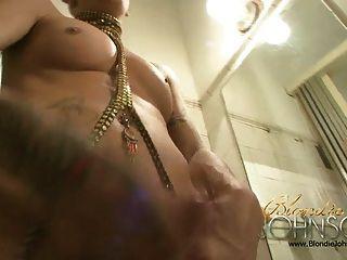 Blondie Johnson im alten Bad
