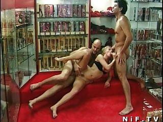 Französisch Milf anal in Dreier in einem Sexshop gefickt