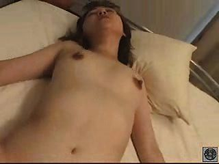 asiatische Dame mit schönen Brustwarzen