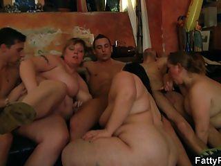 Gruppe bbw Orgie an der Bar