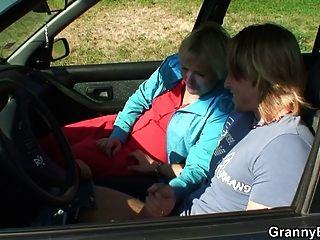 sie reitet meine geilen Schwanz direkt im Auto