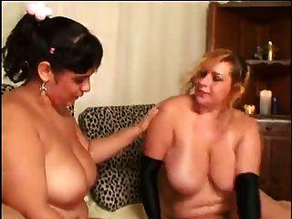 zwei bbw Lesben auf dem Bett mit Strümpfen