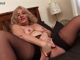 blonde reife Schlampe nass auf der Couch