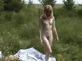 blasse blonde liebäugelt im Freien