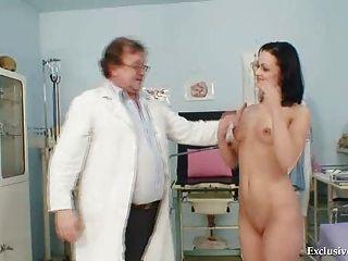 Brünette pavlina Vagina Prüfung durch alte Arzt an der Klinik