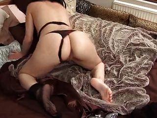 britische Schlampe avalon spielt mit sich selbst auf dem Bett