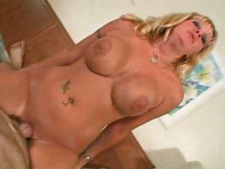 big Titted reifen bekommt einen Schluck