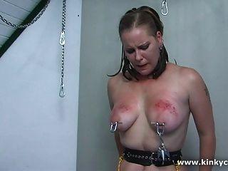 Selbst Folter - gepiercte Brustwarzen gewichtet