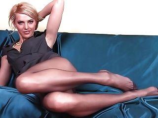 Skinny Babe mit langen Strumpfhose Beine