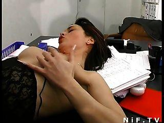 französisch Sekretärin auf dem Schreibtisch sodomized, während sie bläst